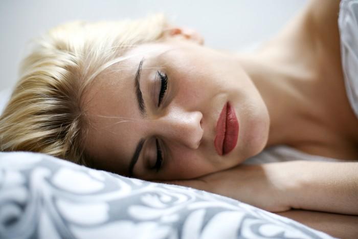 Musik klasik atau deburan ombak dapat membantumu tidur nyenyak. Suaranya harus cukup lembut sehingga tidak membangunkanmu, tapi cukup keras untuk bisa kamu dengar, dan akhirnya bisa menyusup ke mimpimu, kata Deirdre Barrett, PhD, asisten profesor psikiatri klinis di Harvard Medical School, Boston. (Foto: Ilustrasi/Thinkstock)
