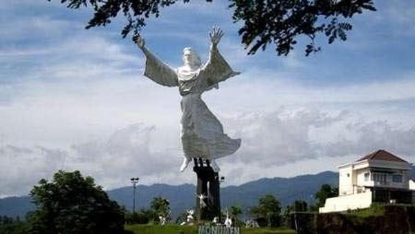 Patung ini terletak di Kawasan Perumahan Citraland Manado, tepatnya di Winangun Satu, Kecamatan Malalayang, Kota Manado. Dari monumen patung dengan ketinggian 50 meter serta kemiringan 20 derajat ini, pengunjung dapat melihat pemandangan yang indah Kota Manado, Pulau Manado Tua, Bunaken, dan Gunung Kablat. Muchus Budi/detikcom