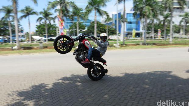 Reza SS melakukan aksi freestyle dengan menggunakan moge Ducati.