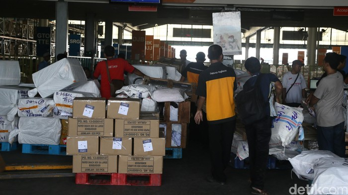 Kesibukan bongkar muar barang di terminal kargo Bandara Soekarno-Hatta Tanggerang.