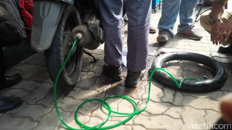Siswa SMK Ciptakan Alat Tambal Ban Portabel, Bisa Disimpan di Bagasi Motor