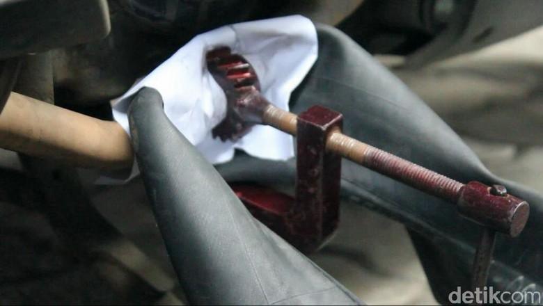 Ilustrasi tambal ban (Foto: Angling Aditya Purbaya/detikcom)