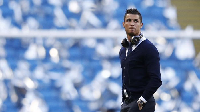 Football Soccer - Manchester City v Real Madrid - UEFA Champions League Semi Final First Leg - Etihad Stadium, Manchester, England - 26/4/16 Real Madrids Cristiano Ronaldo walks on the pitch before the game Reuters / Phil Noble Livepic EDITORIAL USE ONLY.