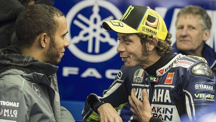 Valentino Rossi mengonfirmasi bakal bertukar peran dengan Lewis Hamilton (Foto: Mirco Lazzari gp/Getty Images)