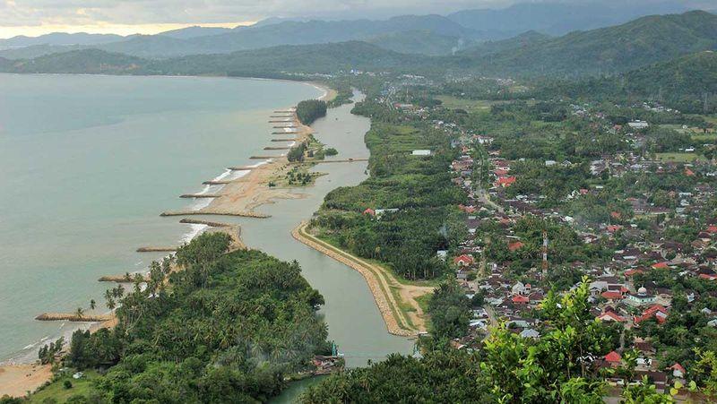 Bukit Langkisau merupakan salah satu objek wisata di Painan, Kabupaten Pesisir Selatan, Sumatera Barat. Dari puncaknya, traveler bisa melihat kota Painan dari ketinggian (Randy/detikTravel)
