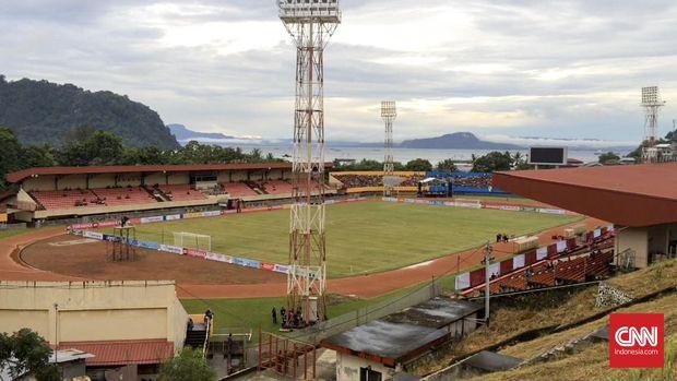Stadion Mandala terletak pinggir Pantai Serui, Jayapura. (