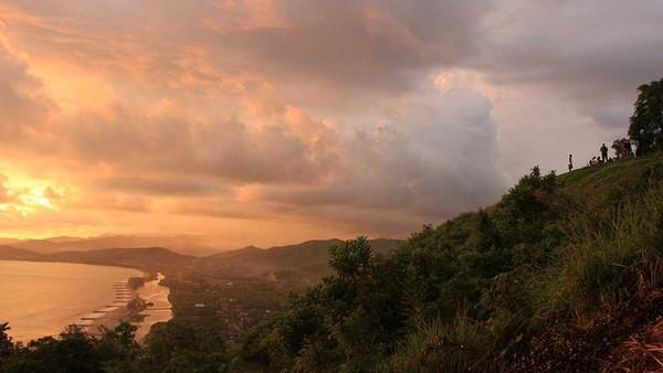 Selain menjadi tempat wisata, traveler juga bisa mencoba kegiatan ekstrim paralayang. Dengan membayar Rp 300 ribu, traveler bisa tandem dengan instruktur dan melihat indahnya Painan dari udara (Randy/detikTravel)