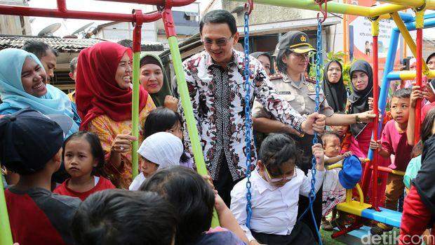 Gubernur DKI Jakarta Basuki Tjahaja PUrnama (Ahok) meresmikan RPTRA Rasamala, Tebet, Jakarta Selatan, Jumat (29/4)