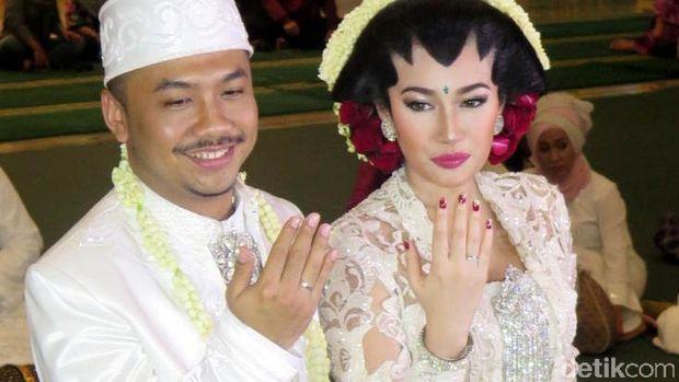 Ratu Felisha dan Ari Pujianto melangsungkan akad nikah di Masjid Pondok Indah, Jakarta Selatan. Ratu Felisha tampak anggun menggunakan kebaya berwarna putih.
