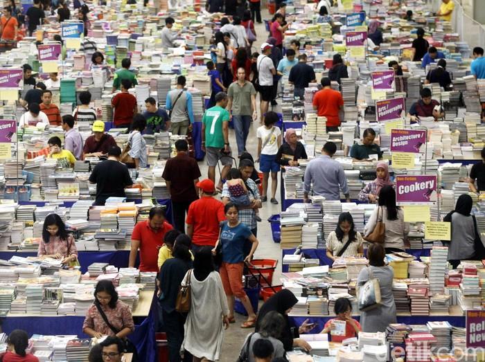 Pengunjung memadati Pameran buku Big Bad Wolf yang diselenggarakan di Indonesia Convention Exhibition, Tanggerang, Sabtu (30/04/2016).  Pameran buku Big Bad Wolf yang diselenggarakan hingga tanggal  8 Mei 2016 ini menyajikan sebanyak 2 juta buku dengan diskon 60% hingga 80%. Grandyos Zafna/detikcom