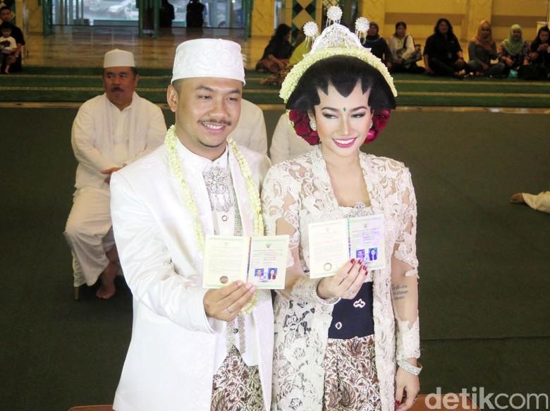 Foto: Ratu Felisha dan suami (Dicky Ardian)