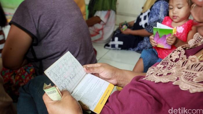 Aktifitas koperasi simpan pinjam Amartha Microfinance di Kecamatan Ciseeng, Bogor (Selasa (30/12/2014). Amartha menyalurkan kredit mikro kepada rumah tangga tidak mampu berbasis kelompok. (Ari Saputra/detikcom)