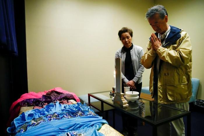 Hirokazu Hosaka (69) baru saja memasukkan jenazah ibunya ke hotel jenazah milik Takegishi. Ia mengatakan tempat ini sangat bermanfaat dan membantu anggota keluarga dari jauh yang belum sempat melayat. (Foto: Thomas Peter/Reuters)