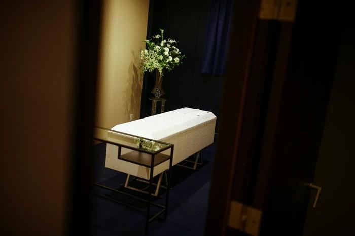 Sousou merupakan satu dari banyak bisnis hotel jenazah yang ada di Jepang. Fungsinya adalah sebagai penyimpanan jenazah sementara sampai keluarga mendapatkan krematorium untuk melakukan upacara kremasi. (Foto: Thomas Peter/Reuters)