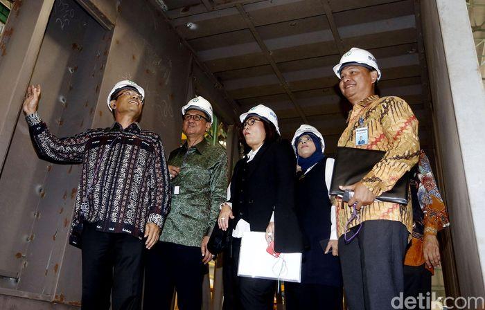 Menteri Perindustrian, Saleh Husin berkeliling pabrik untuk melihat proses pembuatan garbarata.