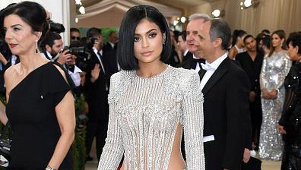 Gaya Sederhana Kylie Jenner di Ultah Ke-23, Pakai Korset Kristal