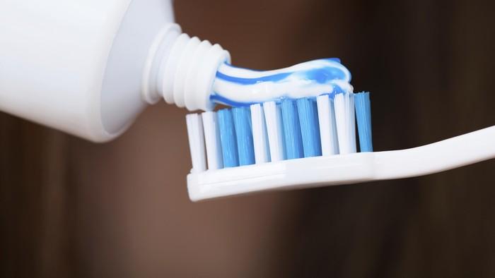 Usaha yang harus dilakukan pertama kali adalah dengan menggosok gigi menggunakan odol yang memberikan sensasi mint dalam mulut. Efek segar dari mint tak hanya meredakan bau jengkol tapi juga meningkatkan kepercayaan diri. (Foto: Thinkstock)