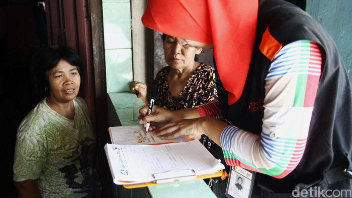 Petugas melakukan Sensus Ekonomi di kawasan Jagakarsa, Jakarta Selatan, Selasa (03/05/2016). Mulai tanggal 1 hingga 31 Mei 2016, Badan Pusat Statistik (BPS) melakukan Sensus Ekonomi 2016 di seluruh Indonesia. Grandyos Zafna/detikcom