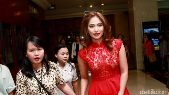 Pesona Kinaryosih Bergaun Merah Menyala