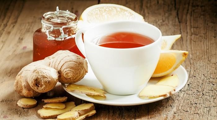 Hidrasi adalah kunci utama untuk melawan sakit. Selalu cukupi kebutuhan cairan Anda. Saat flu, coba racik teh panas untuk melegakan hidung. Teh hijau bisa jadi pilihan atau teh hitam yang dicampurkan jahe dan lemon. Foto: Thinkstock