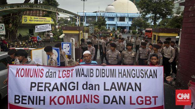 Aliansi Masyarakat dan Mahasiswa Muslim (AM3) yang berusaha menutup akses masuk saat menggelar aksi unjuk rasa di depan Taman Ismail Marzuki, Jakarta, Kamis, 5 Mei 2016