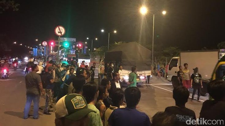 Massa Suporter Bola Sweeping Mobil Berpelat N di Jembatan Suramadu
