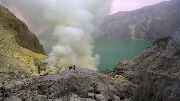 Gunung Ijen, Jawa Timur. Gunung Ijen berlokasi di Kabupaten Banyuwangi dan Kabupaten Bondowoso ini, merupakan gunung yang ramah untuk didaki oleh pemula. Tidak seperti Gunung Semeru dan Rinjani, Anda hanya butuh waktu 1-2 jam untuk mencapai puncak Gunung Ijen. Waktu terbaik untuk mendaki Gunung Ijen adalah pukul 01.00 - 02.00 WITA untuk melihat fenomena blue fire yang terkenal indah. Selain itu, melihat sunrise di puncak Gunung Ijen juga tidak boleh terlewati. Foto: Ardian Fanani/detikcom