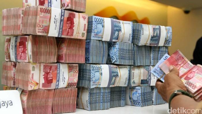 Nasabah tengah menyetor dana di salah satu cabang Bank Mandiri Jakarta, Jumat (6/5/2015). Bank Mandiri mengoperasikan sebanyak 148 kantor cabang di seluruh Indonesia pada saat libur Isra Miraj untuk menerima pembayaran pembelian BBM oleh SPBU-SPBU. Perseroan juga menyiapkan uang tunai Rp4 triliun untuk memenuhi kebutuhan ATM dan cabang saat libur panjang akhir pekan ini. (Foto: Rachman Haryanto/detikcom)