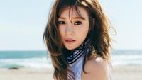 Duduk di atas pasir di pinggir pantai, tato Tiffany ngintip. (SM Entertainment)
