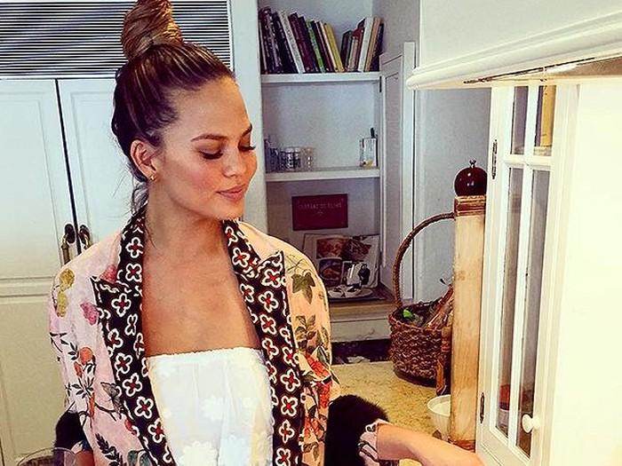 Penampilan Chrissy Teigen yang Ibu-ibu Banget Setelah Lahiran