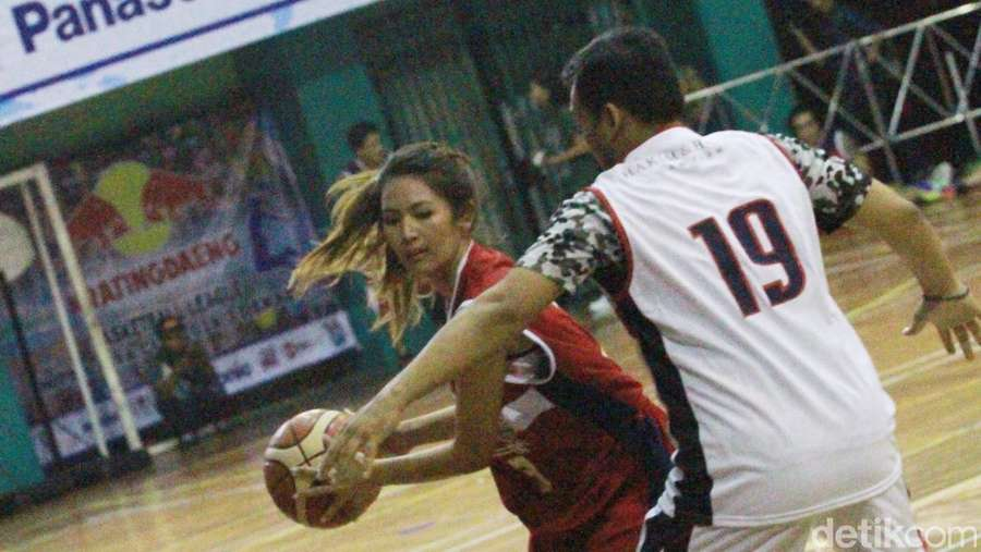 Aksi Maria Selena dan Sederet Selebriti Tanding Basket