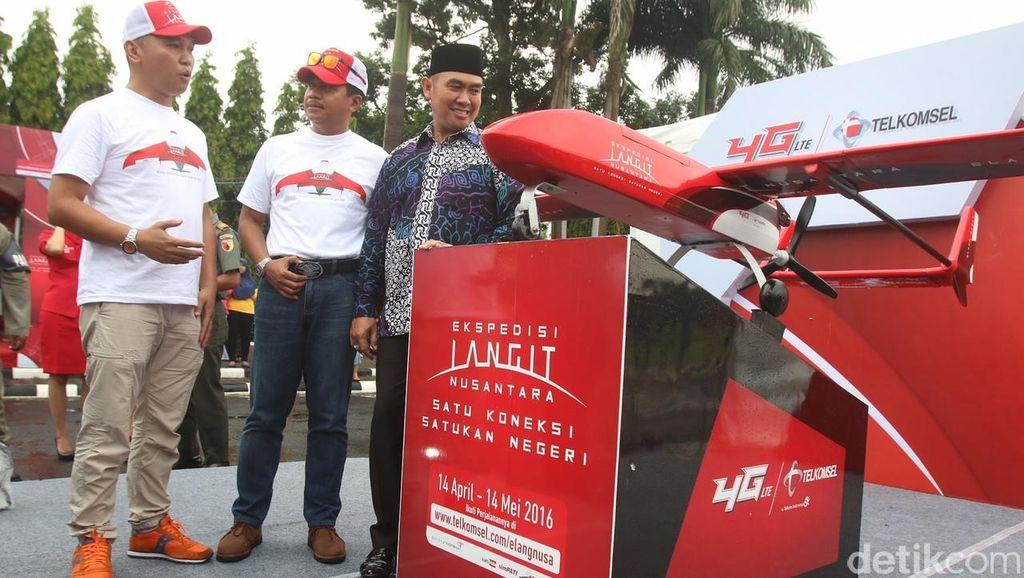 Ini luar biasa dan diluar dugaan kami. Hal ini menunjukkan respon positif masyarakat untuk program Elang Nusantara ini, ujarnya di lokasi pendaratan Elang Barat di Lapangan Rampal, Kota Malang. Foto: dok. Telkomsel