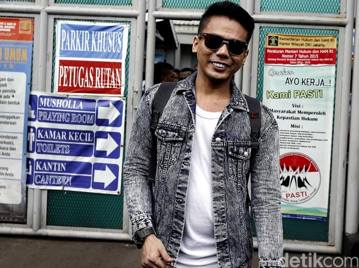 Muncikari Robby Abbas bebas dari LP Cipinang, Selasa (10/5). Makelar transaksi jasa prostitusi artis itu tarlihat sumringah saat dapat kembali menghirup udara bebas.