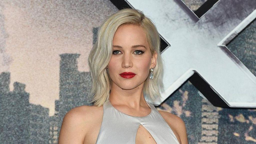 Lagi, Jennifer Lawrence Terpeleset di Karpet Merah
