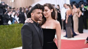 The Weeknd Kirimkan Karangan Bunga untuk Bella Hadid
