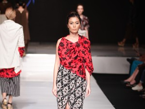 Lulu Lutfi Labibi Kawinkan Batik Lurik dengan Motif Floral di JFFF