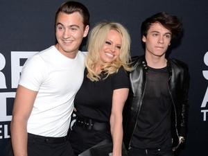 Putra Pamela Anderson Tak Pernah Tonton Aksi Seksi Ibunya di Baywatch
