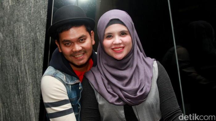 Indra Bekti dan istri di acara perilisan official trailer dan poster film Jilbab Traveler: Love Sparks in Korea di kantor Rapi Films, kawasan Cikini, Jakarta Pusat.