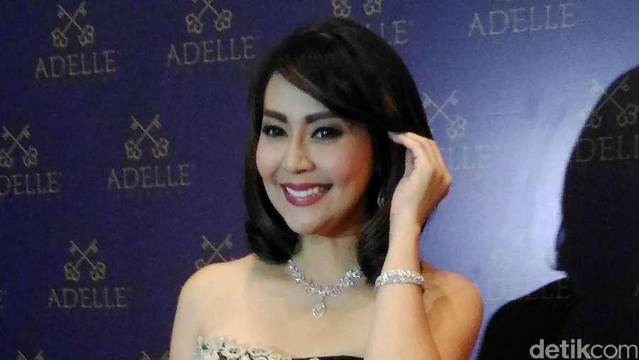 Tessa Kaunang Tampil Elegan