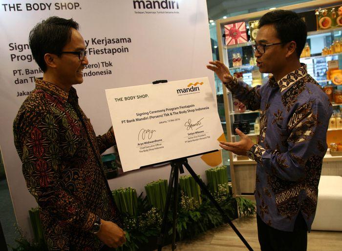 (Kanan-kiri) Senior Vice President Bank Mandiri Setiyo Wibowo dan CEO The Body Shop Indonesia Aryo Widiwardhono tengah berbincang usai melakukan penandatanganan kerjasama alat pembayaran non tunai di Jakarta, Jumat (13/5).