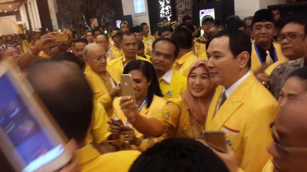 Tommy Soeharto jadi rebutan foto saat masih di Golkar