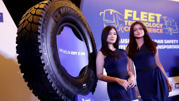 Michelin Indonesia meluncurkan ban khusus truk, XZY 3 HD dan HDY 3 HD. Peluncuran dihadiri oleh Direktur Komersial Ban Truk dan Bus PT Michelin Indonesia Sylvain Selves (kiri) dan Direktur Marketing PT Michelin Indonesia Putu Yudha (kanan). Ist/Michelin.