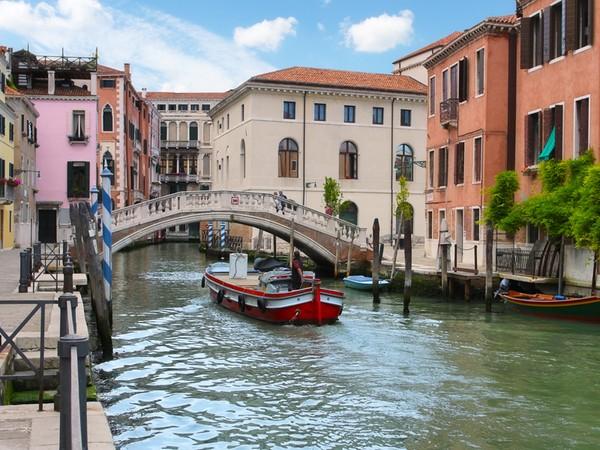 Begitu pula dengan Venesia. Kota kanal ini sangat identik dengan gondola, sungai dan bangunan rapi yang berjajar. (Thinkstock)