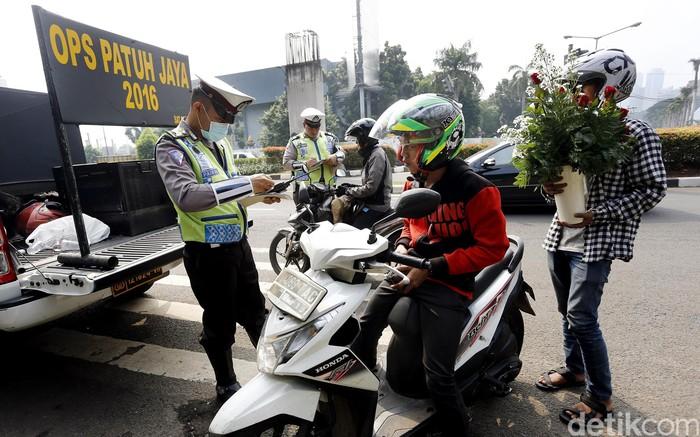 Direktorat Lalu Lintas Polda Metro Jaya menggelar Operasi Patuh Jaya di JalanAsia-Afrika Senayan, Jakarta, Selasa (17/5). Operasi ini untuk menertibkan kendaraan bermotor.