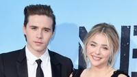 Meski tak pernah mengatakan secara langsung, pasangan muda Chloe Grace Moretz dan Brooklyn Beckham juga berpisah di tahun ini.Alberto E. Rodriguez/Getty Images