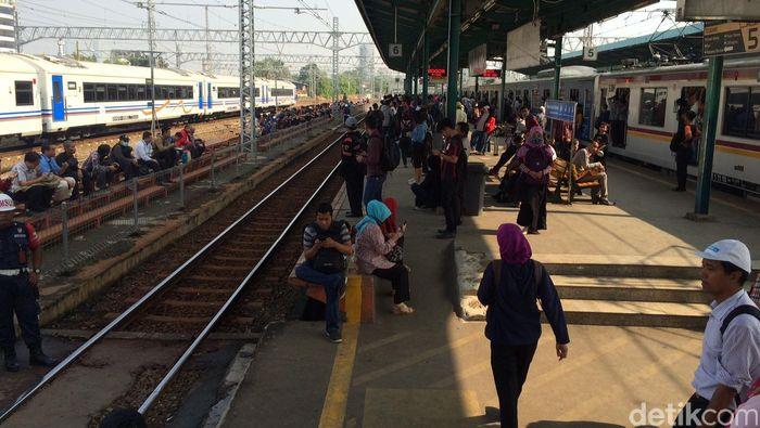Foto: Penumpukkan penumpang di Stasiun Manggarai (Ahmad Masaul/detikcom)
