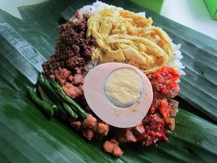 Nasi Bogana dari Tegal populer hingga ke berbagai kota. Nasi putih dengan laiuk mie goreng, orek tempe, sambal goreng hati, telor pindang dab enpal atau dendeng daging. Foto: detikFood