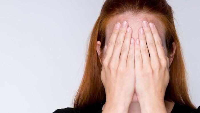 Ilustrasi wanita malu karena benjolan mirip Mr P di bawah pantat. Foto: thinkstock