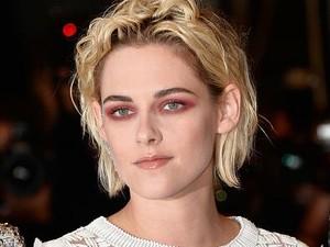 Kristen Stewart Tampil Dramatis dengan Eyeshadow Merah di Red Carpet Cannes