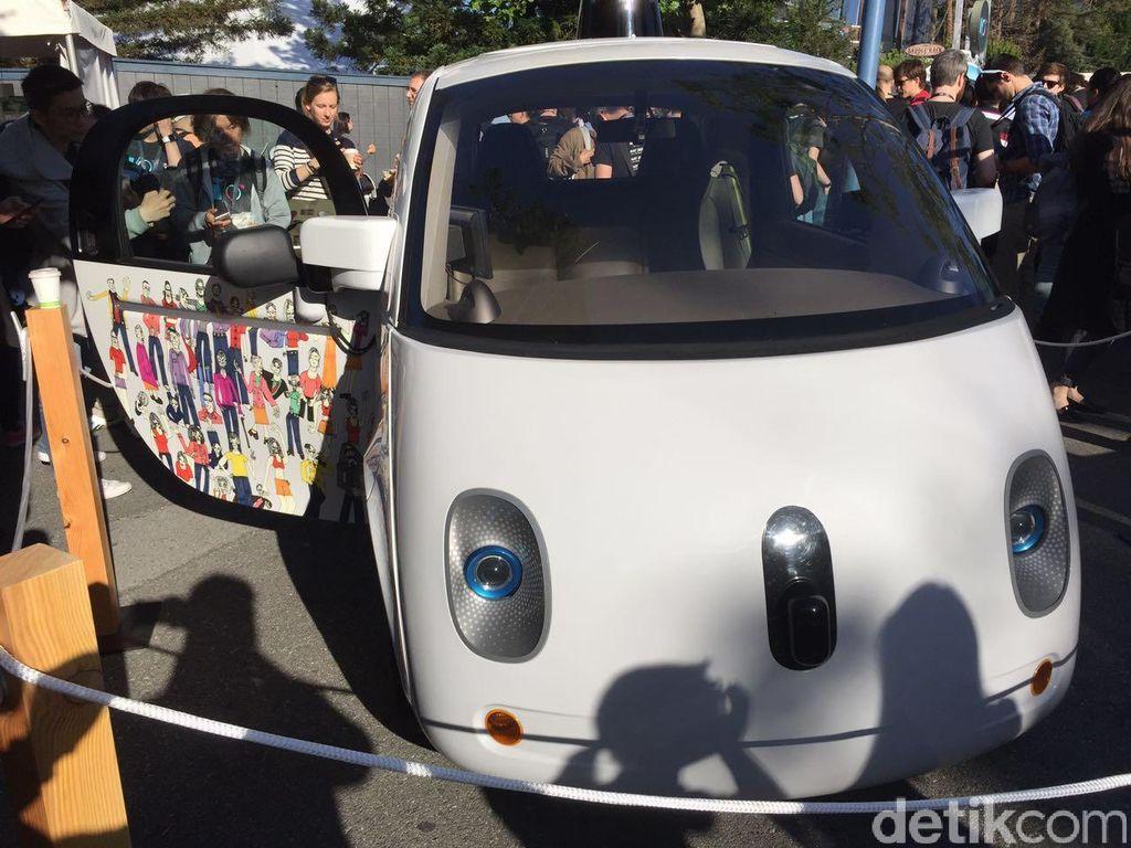 Self driving car, demikian Google memberi nama mobil otomatisnya tersebut. Foto: detikINET/Achmad Rouzni Noor II